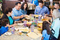 Makan bersama di restoran.