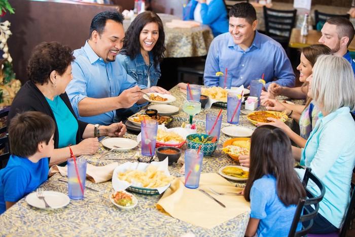 Bersantap di Restoran Bisa Jadi Agenda Lebaran (Foto: iStock)