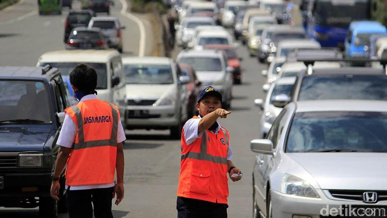 Pemudik lokal memadati exit Tol Cileunyi Bandung. Antrean kendaraan mengular hingga dua kilometer.