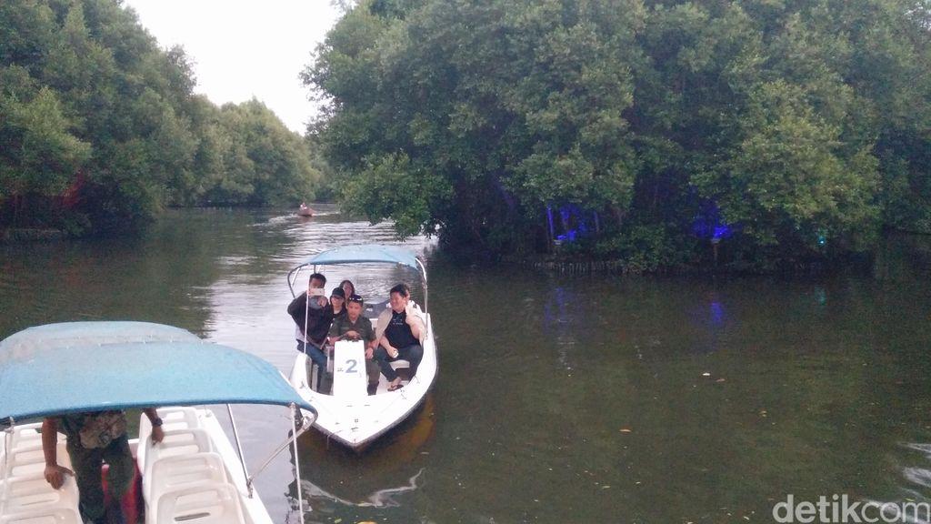 Wisata Mangrove Pantai Indah Kapuk saat libur Lebaran, Senin (26/6).