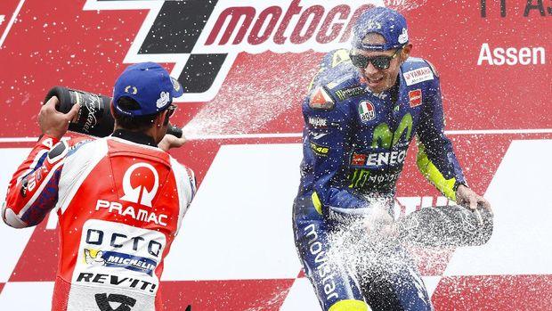 Valentino Rossi mengalahkan Danilo Petrucci di MotoGP Belanda 2017.