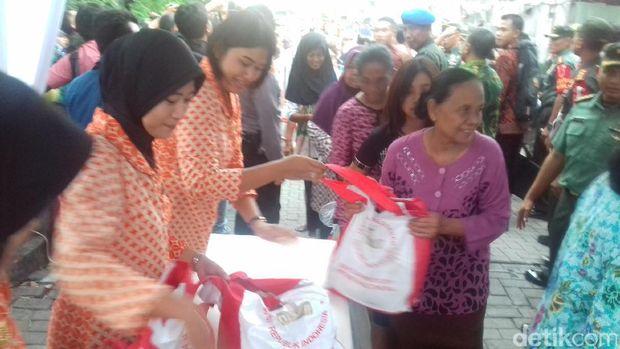 Proses pembagian sembako untuk warga Solo dari Jokowi.