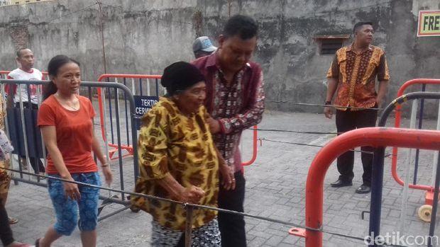Seorang warga lanjut usia ikut antre sembako dari Jokowi.