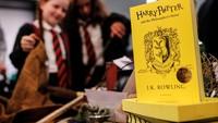 Disana terdapat pula edisi khusus buku pertama Harry Potter yakni  Harry Potter and the Philosophers Stone. REUTERS/Neil Hall.