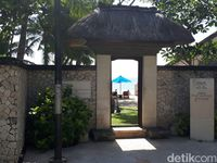Gapura menuju pantai privat Four Season di Jimbaran