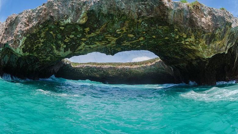 Pantai Rahasia di Kepulauan Marieta