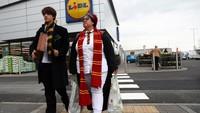 Di Cardiff, Inggris, ibu dan anak ini kompak mengenakan busana ala Harry Potter usai berbelanja. REUTERS/Neil Hall.