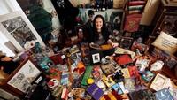 Seorang fans bernama Victoria Maclean dari Neath, Inggris, terlihat memamerkan semua koleksi berbau Harry Potter di depan kamera. REUTERS/Neil Hall.
