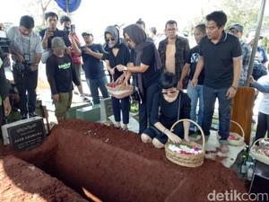 Duka Menyelimuti Pemakaman Ibunda Mira Lesmana dan Indra Lesmana