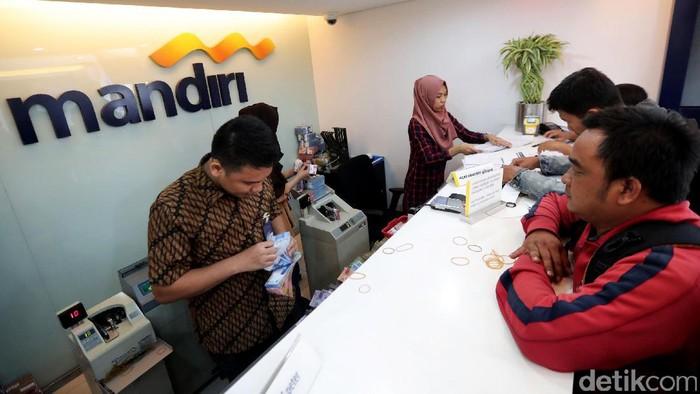 Libur Lebaran sejumlah nasabah tengah menyetor uang di bank. Beberapa bank mengoperasikan kantor cabang di seluruh Indonesia.