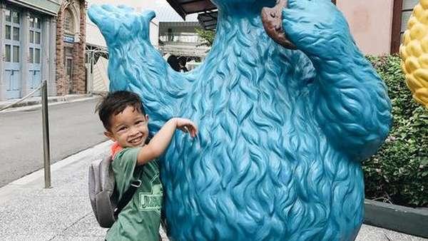 Gemas! Keluarga Irfan Bachdim Liburan di Singapura