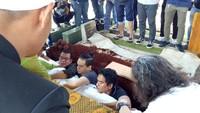 Bersama Mathias Muchus, Indra Lesmana menghantarkan jenazah ibunda ke tempat peristirahatan terakhir. Foto: Veynindia Estaloni Pardede