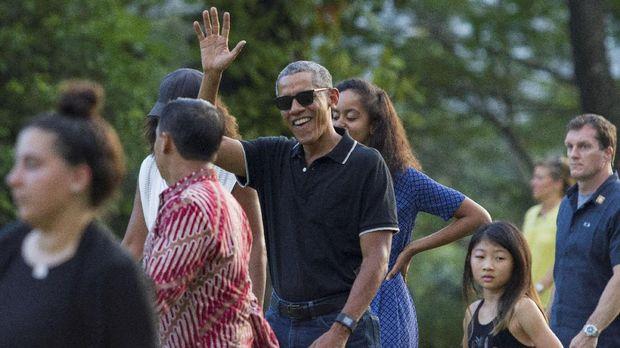 Barack Obama tak canggung makan di Vietnam bersama Anthony Bourdain.