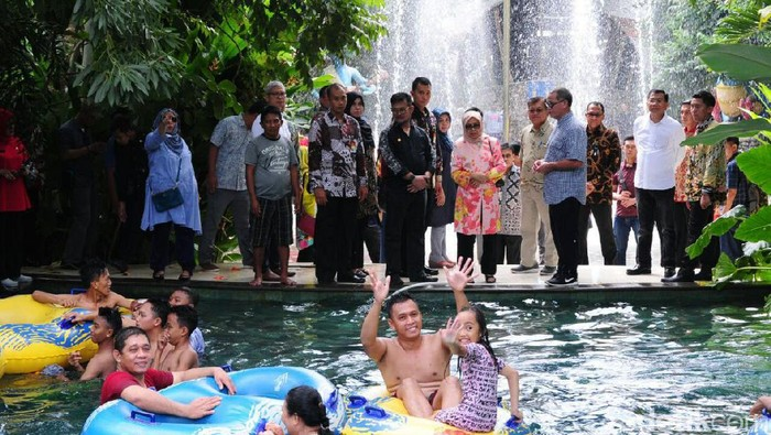 Berlibur di Makassar, Wapres JK mengunjungi Waterboom Bugis Waterpark. (Muhammad Nur Abdurrahman/detikcom)