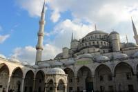 Hagia Sophia sempat menjadi bangunan dengan kubah terbesar di dunia. Dahulu kubahnya memiliki ketinggian 160 meter dengan diameter 40 meter namun roboh pada tahun 558. Kubah kemudian dibangun kembali setinggi 55 meter. (Foto: Yudha ae/dTraveler)