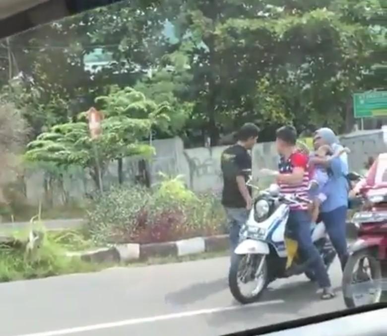Pria tendang dan pukul pemotor. Foto: Instagram thenewbikingregetan