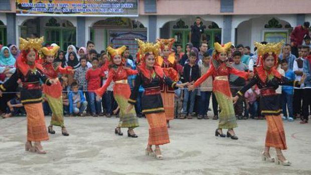 Para gadis menari dengan indahnya diiringi musik yang meriah (dok Istimewa)