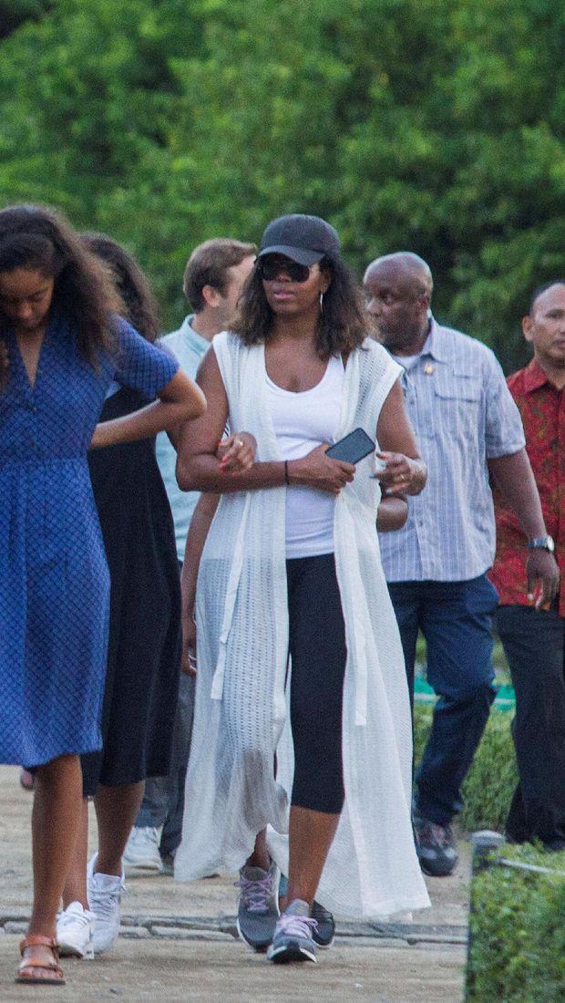 Di Borobudur, Michelle Obama Buktikan Gaya Sporty dan Glamor Bisa Berpadu
