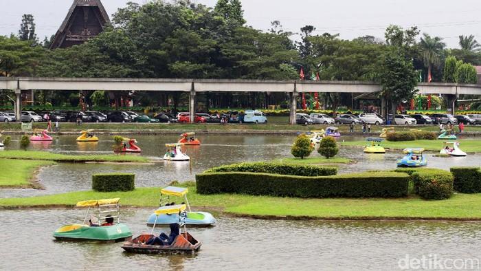 Jumlah pengunjung di Taman Mini Indonesia Indah (TMII) mengalami peningkatan selama libur Lebaran 2017.