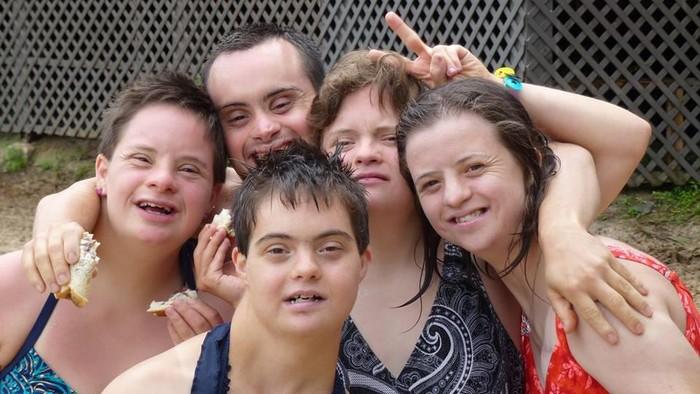 Sebagian putra-putri asuh Camille dan Mike Geraldi berfoto bersama. (Foto: Facebook/Possible Dream Foundation)