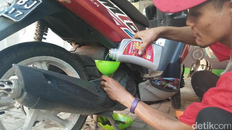 Motor tengah diisi pelumasnya (Foto: Khairul Imam Ghozali)
