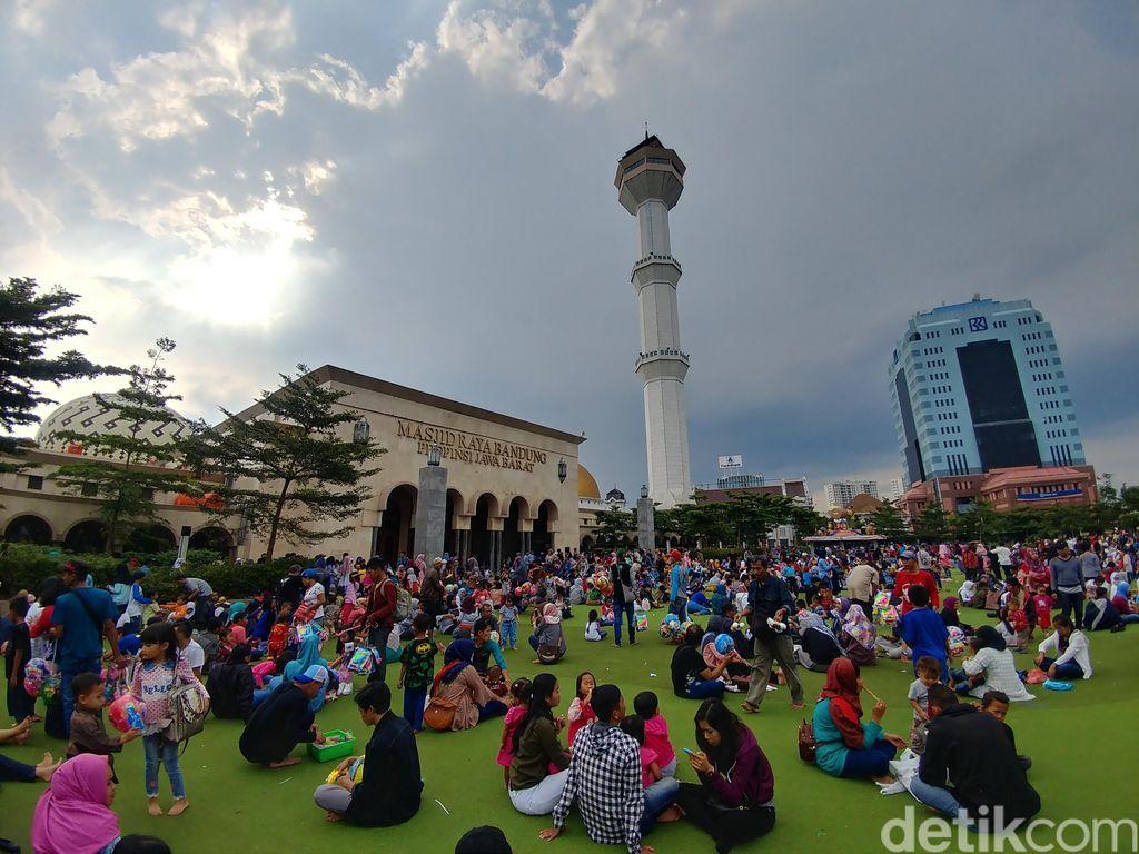taman alun-alun bandung banyak wisatawan
