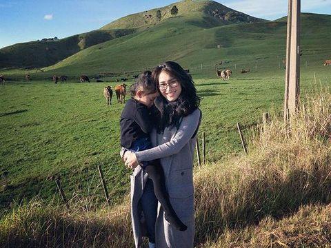 Ayu Ting Ting saat berlibur bersama putrinya di Selandia Baru.