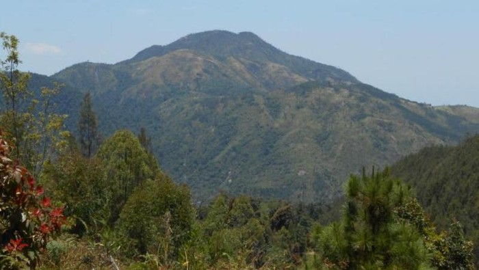 Puncak Gunung Lawu dari Jalur Cemoro Sewu