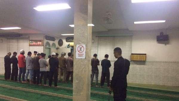 Polisi Berjaga di Masjid Falatehan Saat Salat Isya