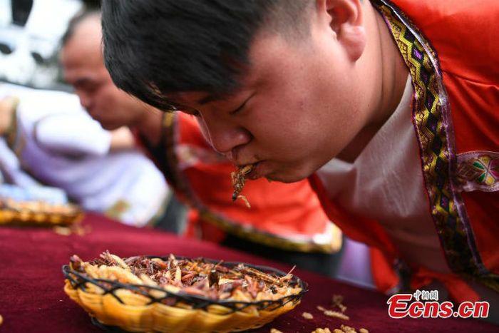 Pria Ini Dapat Hadiah Emas Batangan 24 Karat Setelah Makan 12 Kg