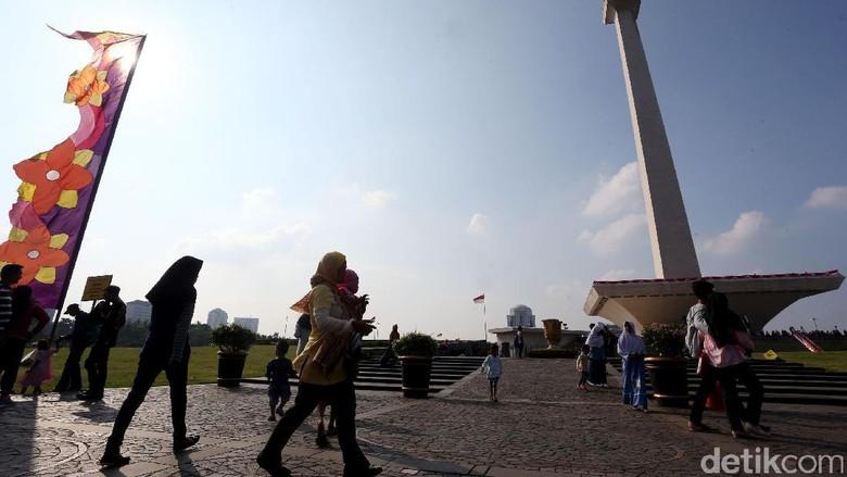 Monumen Nasional (Monas) selalu menjadi daya tarik bagi masyarakat yang ingin menghabiskan waktu liburan panjang. Seperti di akhir libur panjang lebaran ini.