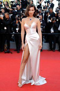 Foto: Momen Seksi Bella Hadid dengan Gaun Belahan Super TInggi
