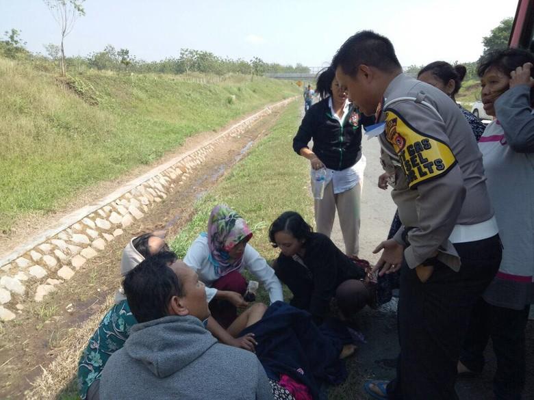 Arus Balik, Penumpang Bus Melahirkan di Pinggir Tol Cipali