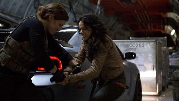 Melihat Adegan Berbahaya Michelle Rodriguez di Fast & Furious