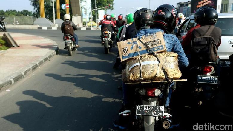 Arus balik pemudik motor di Jalan KH Noer Ali, Kalimalang Raya, Bekasi Barat, Senin (03/07/2017) lalu. Foto: Rengga Sancaya