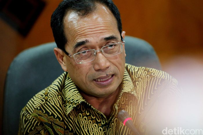 Menteri Perhubungan Budi Karya Sumadi mengumumkan Peraturan Menteri Perhubungan (Permenhub) Nomor 26 Tahun 2017 di Gedung Karsa, Kemenhub, Jakarta, Senin (3/7/2017).