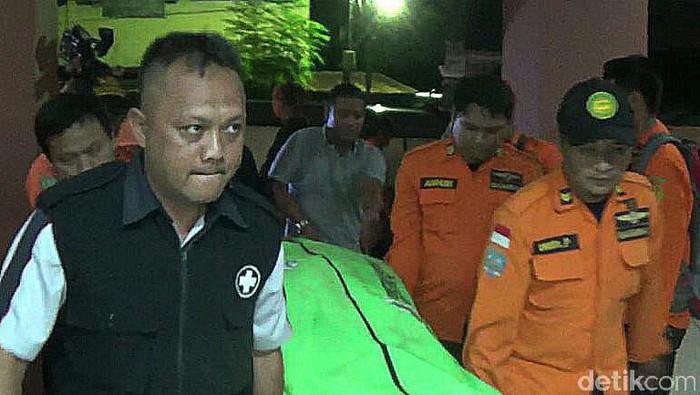 Foto: Jenzah korban kecelakaan heli dibawa ke RS Bhayangkara (Angling-detikcom)