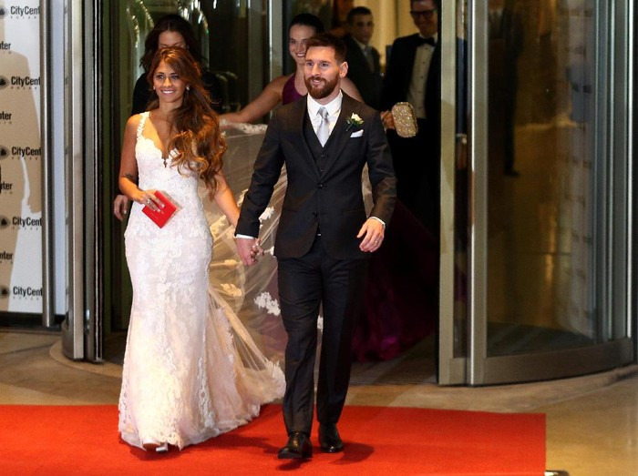 ZURICH, SWITZERLAND - JANUARY 11:  Lionel Messi of Argentina and FC Barcelona and his partner Antonella Roccuzzo attend the FIFA Ballon dOr Gala 2015 at the Kongresshaus on January 11, 2016 in Zurich, Switzerland.  (Photo by Matthias Hangst/Getty Images)