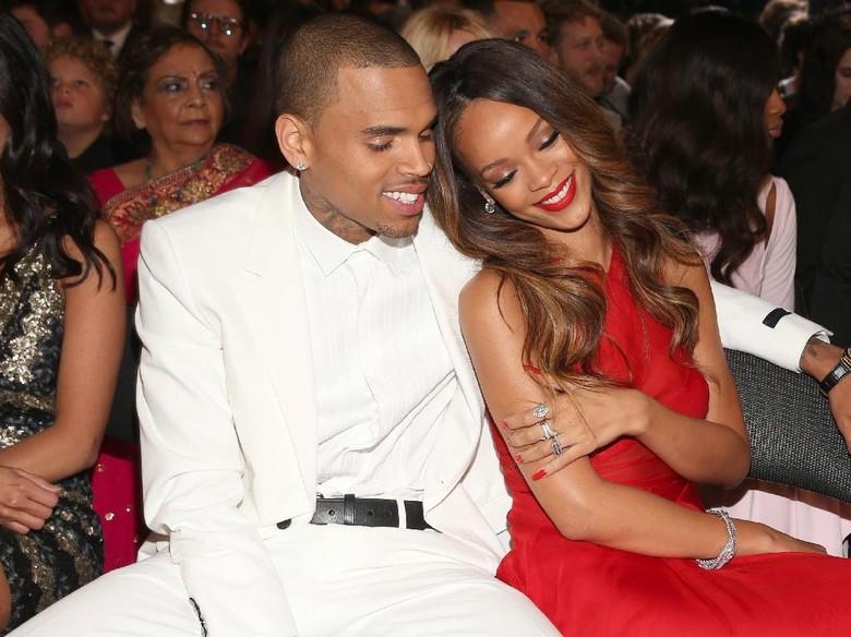 Chris Brown Ucapkan Selamat Ultah ke Rihanna, Fans Heboh