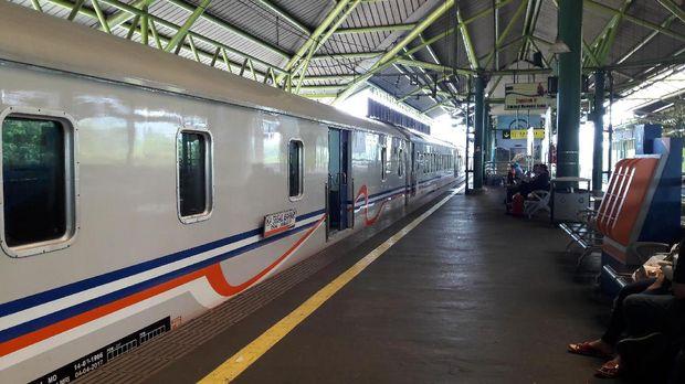 Ada 40 kereta yang datang di Stasiun Gambir.