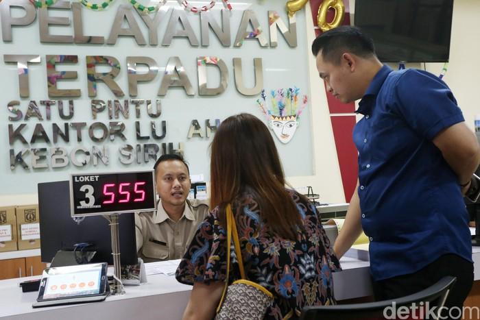 Petugas kelurahan melayani warga yang mengurus surat kependudukan dan berbagai layanan umum di Pelayanan Terpadu Satu Pintu (PTSP) di Kantor Kelurahan Kebon Sirih,  Jakarta Pusat, Selasa (4/7/2017).