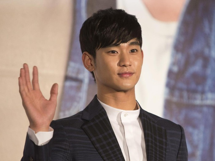 TAIPEI, TAIWAN - MARCH 21:  South Korean actor Kim Soo-Hyun waves at the 1st Memories In Taiwan press conference on March 21, 2014 in Taipei, Taiwan. Kim will stay in Taipei for 2 days to meet with fans.  (Photo by Ashley Pon/Getty Images)