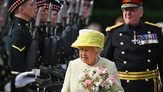 Ratu Elizabeth Berjalan di Antara Barisan Rapi Tentara