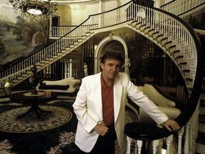 Penampilan Donald Trump dari Masa ke Masa: Jas Kuning Hingga Topi Pink