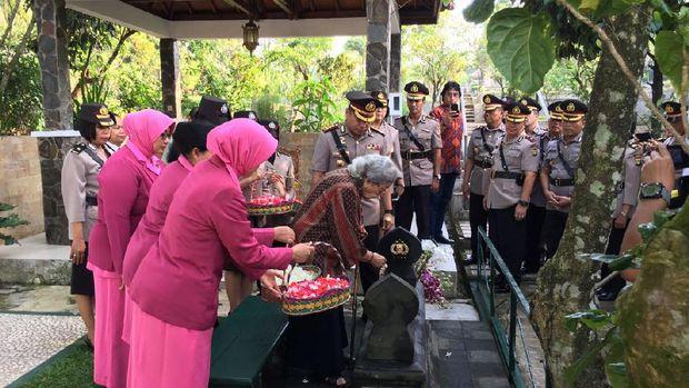 Kapolresta Depok Kombes Herry Heryawan melakukan ziarah ke makam mantan Kapolri Jenderal (Purn) Hoegeng Imam Santoso.