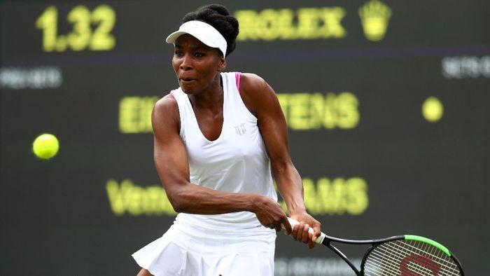 Venus Williams melanggar aturan kolot Wimbledon dengan tali bra merah muda yang menonjol di antara kostum serba putihnya. Petenis Amerika Serikat itu juga menangis sesenggukan usai pertandingan. Foto: Michael Steele/Getty Images