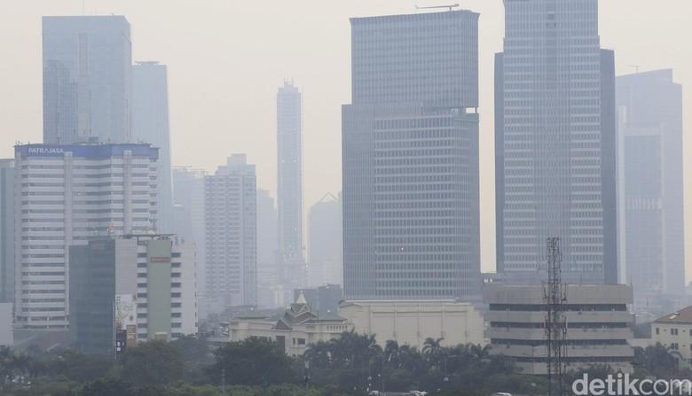 Polusi udara di Jakarta. Foto: Dikhy Sasra