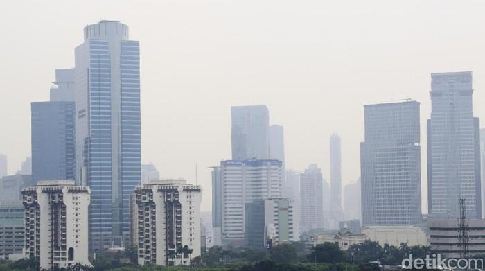 Gambaran polusi udara di Jakarta, pandangan terlihat berkabut. (Foto: Dikhy Sasra)