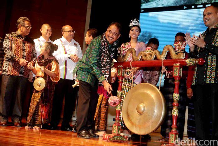 Menteri Pariwisata Arief Yahya secara simbolis resmi membuka Tour de Flores 2017 ditandai dengan memukul gong di Jakarta, Rabu (5/7/2017).