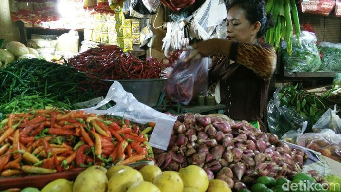 Harga bahan pangan di Pasar Tebet Timur, Jakarta Selatan